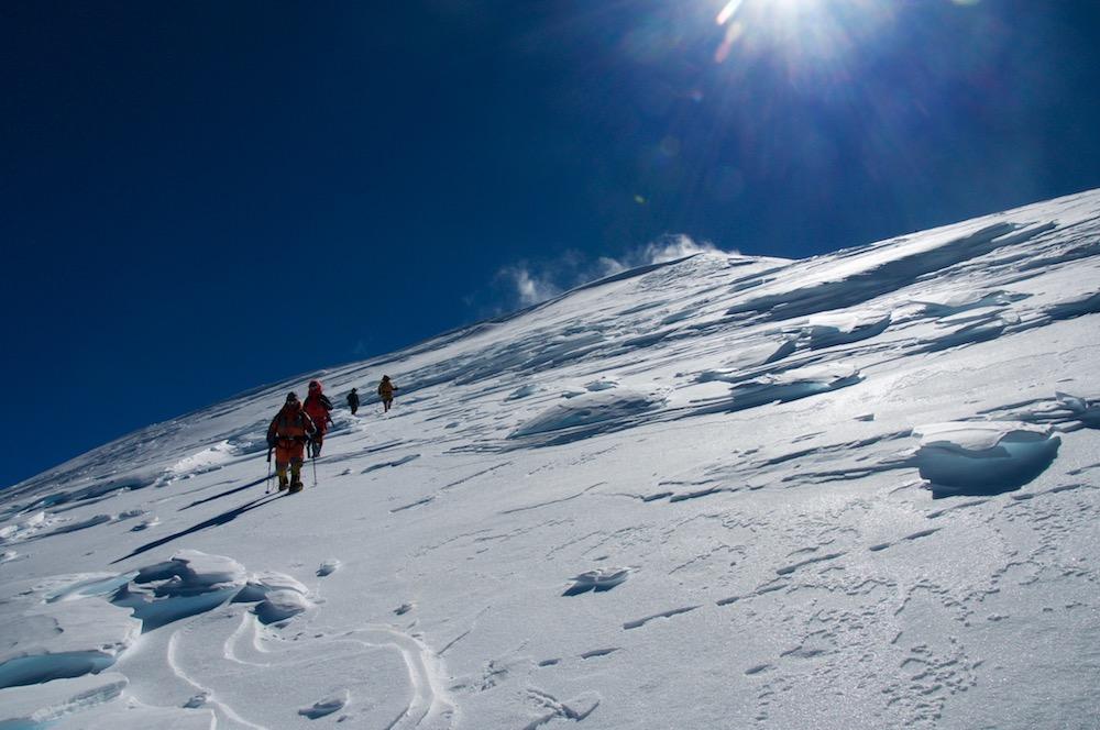Les alpinistes népalais redescendent du sommet. Quelques mots échangés, félicitations et encouragements, et ils rejoindront directement le camp 2. avec Alain et véronique, nous continurons vers le sommet, tout va bien...