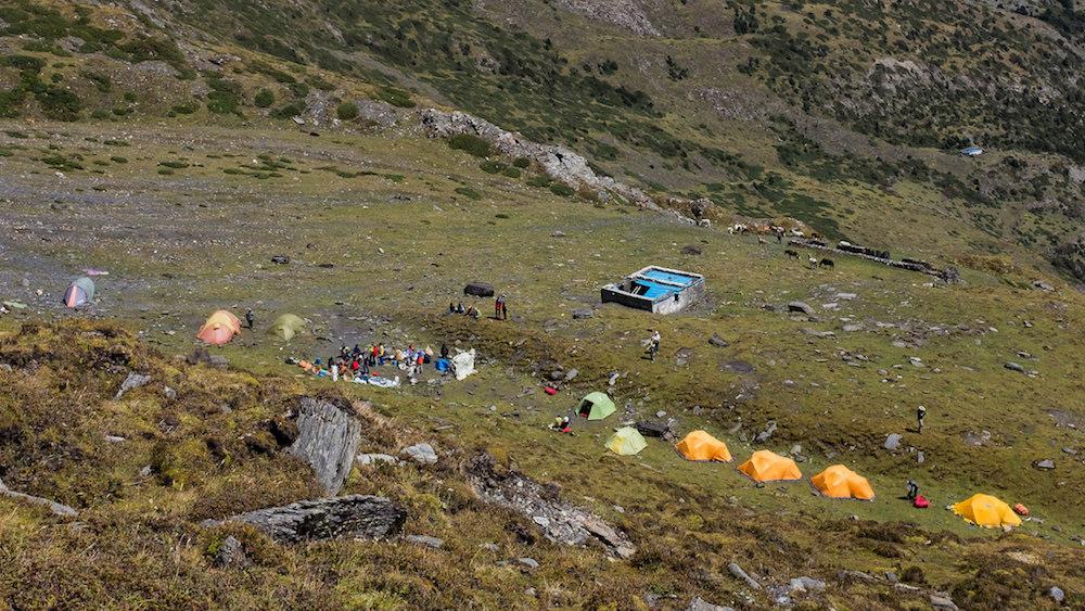 Yak Kharka, le seul replat de la montée. Et malheureusement un abri pour les porteurs en bien piteux état.