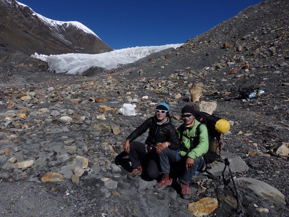 Un autre camp possible, plus près du glacier mais uniquement avec de porteurs. Dhan et Rajan.