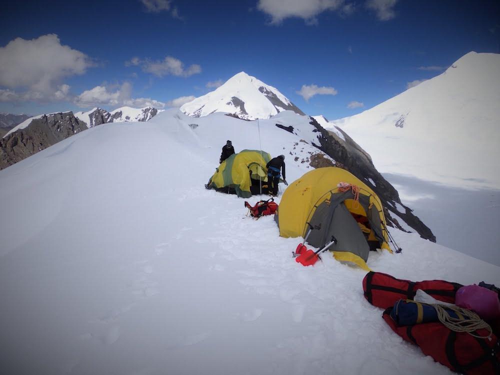 Notre camp d'altitude, directement au col et pas très loin du sommet. Malheureusement, le temps se couvre rapidement et il va neigé 15 à 20 cm dans la nuit. Un peu la galère !