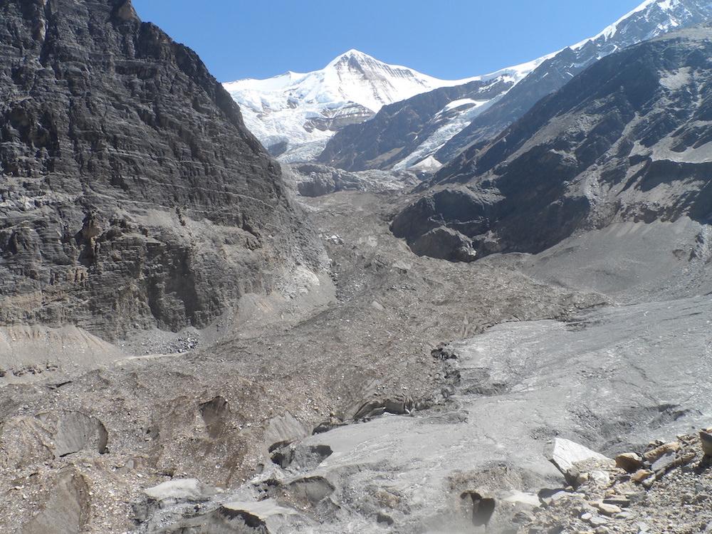 En remontant le glacier. Crédit Man Bhahadur